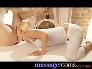 Massage Rooms Skinny blonde rims client before her squirting orgasm