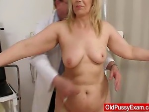 Amateur aged woman puss exploration by odd ob gyn doctor. Fat old mother in...