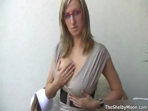 Sexy blonde babe goes crazy rubbing her free