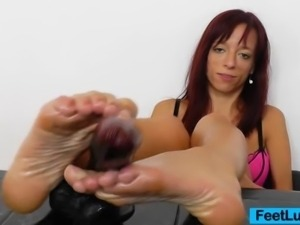 Vivien Fox the gorgeous redhead oils her feet, she caresses it and later...