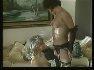 Threesome women-shemale-male