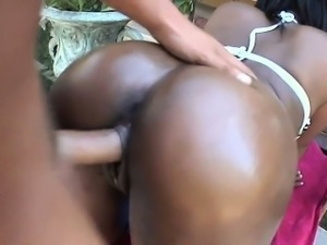 Ebony gives juicy blow job