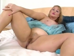 Fat bbw Samantha 38g plays with her pussy for you