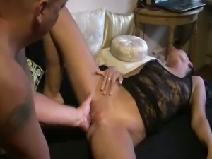 Amateur milf gets fisted in her cunt
