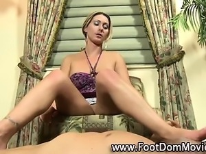 Fetish hottie rubs cock with feet