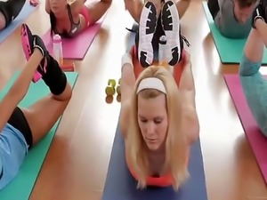 Elastic blonde chicks sharing long dong in gym