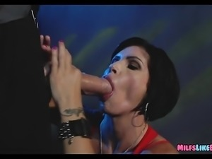 MILF gets big meat stick in the parking garage